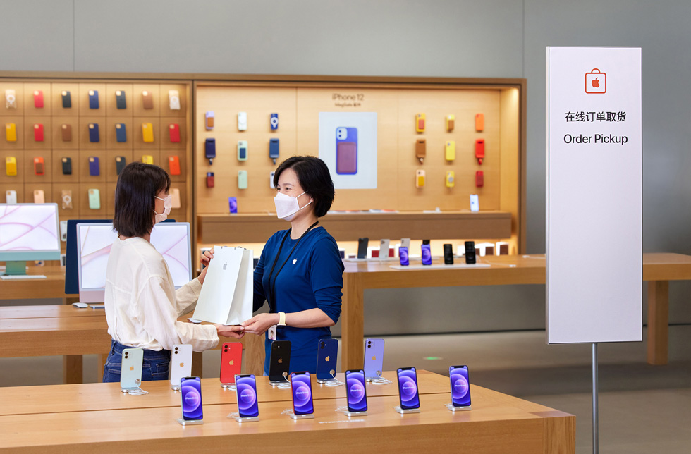 一位顾客正在 Apple 上海环贸 iapm 零售店取货。