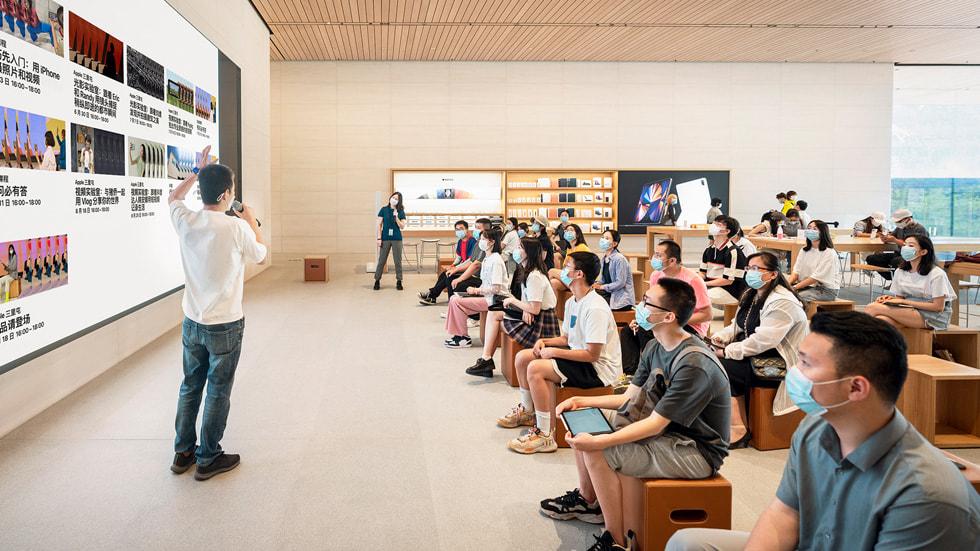 年轻创作者们在 Apple 三里屯开启创想营之旅。