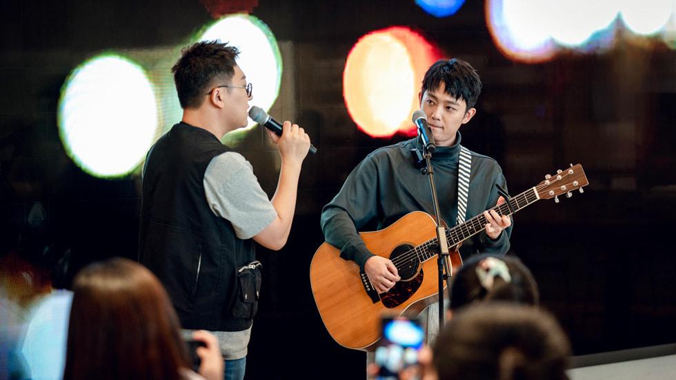 唱作人组合好妹妹的秦昊和张小厚为年轻创作者们展示如何制作一支 MV。