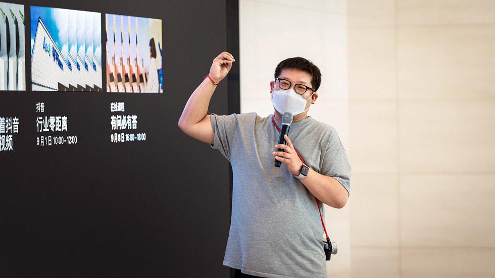 2020 年 iPhone 夜间模式摄影大赛中国区唯一的获奖者、iPhone 摄影师及创意人 Eric Zhang 对创作者们面授机宜。