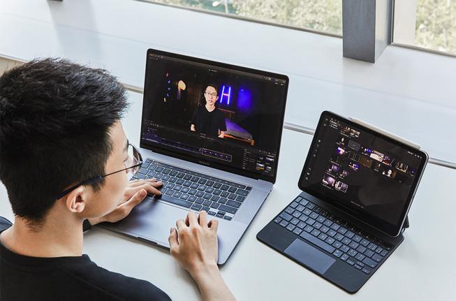 何世杰使用 iPad 和 Mac 进行视频制作。