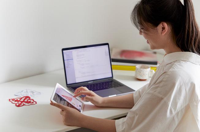 余铁琳使用 Mac 和 iPad 编写代码。