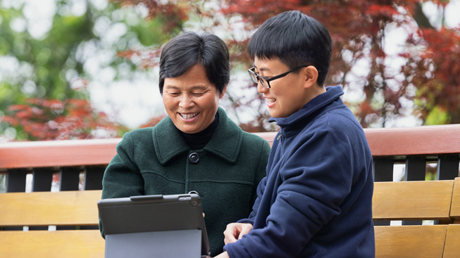 蒙顶山合作社发展培训学院的农民在 iPad 上学习农场管理和电商。