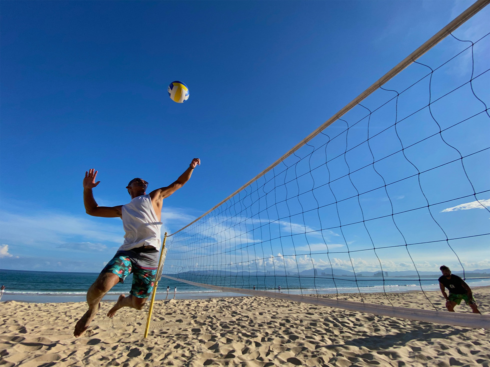 用户在进行沙滩排球运动。
