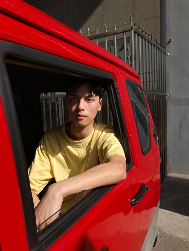 一位男生坐在车中的照片。