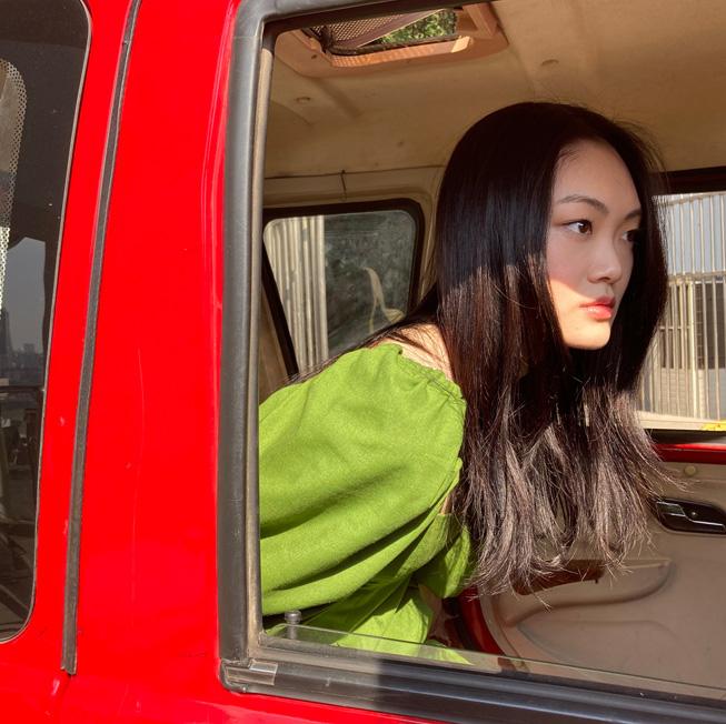 一位女生坐在车中的照片。