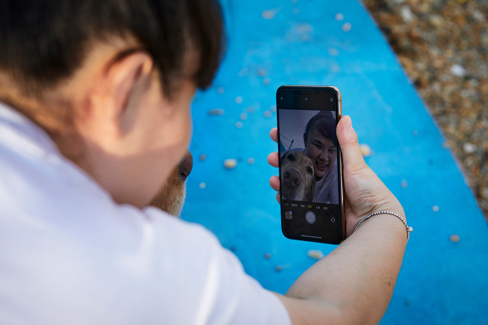 周彤尝试制作高质量的视频为导盲犬做宣传。