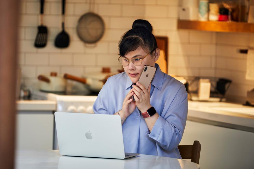 周彤在工作中使用 iPhone 和 Mac。