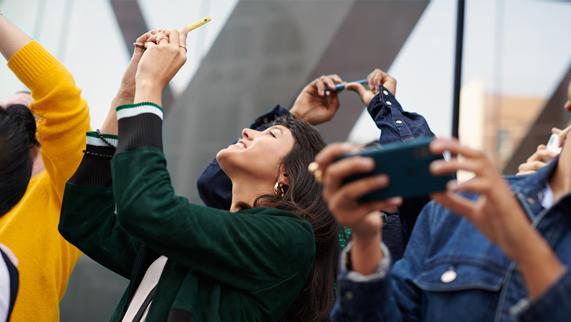 顾客在用 iPhone Xr 拍摄照片。