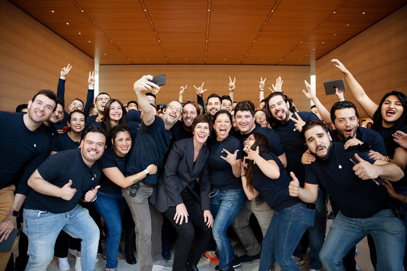 Deirdre O'Brien 与零售店员工在 Apple Antara。
