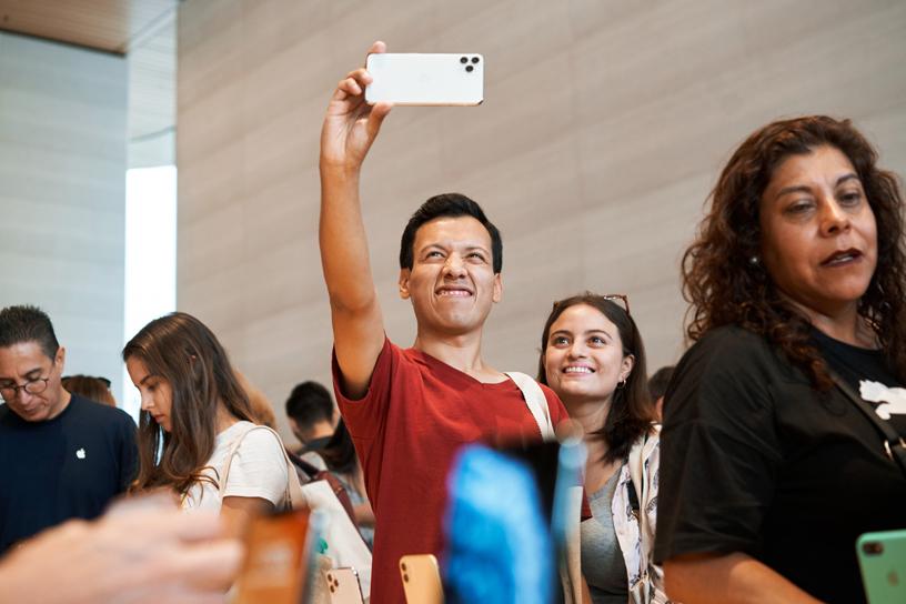 顾客在 Apple Antara 试用 iPhone 11 Pro。