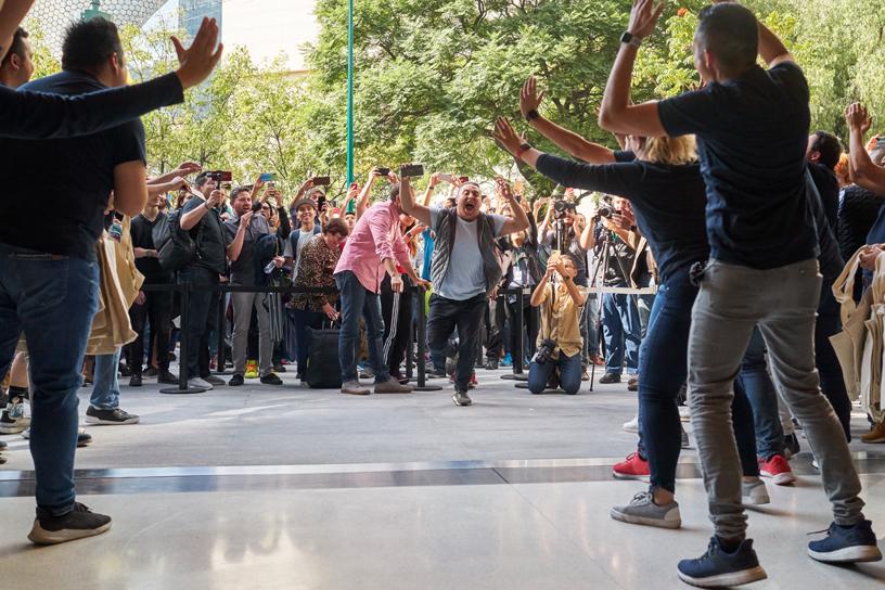 顾客进入于墨西哥城全新开幕的 Apple Antara 零售店。