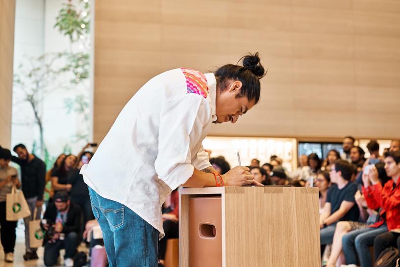 Edgar Flores 在 Apple Antara。