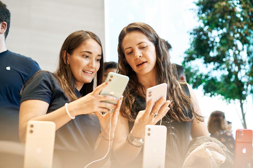 顾客在 Apple Antara 试用 iPhone 11。