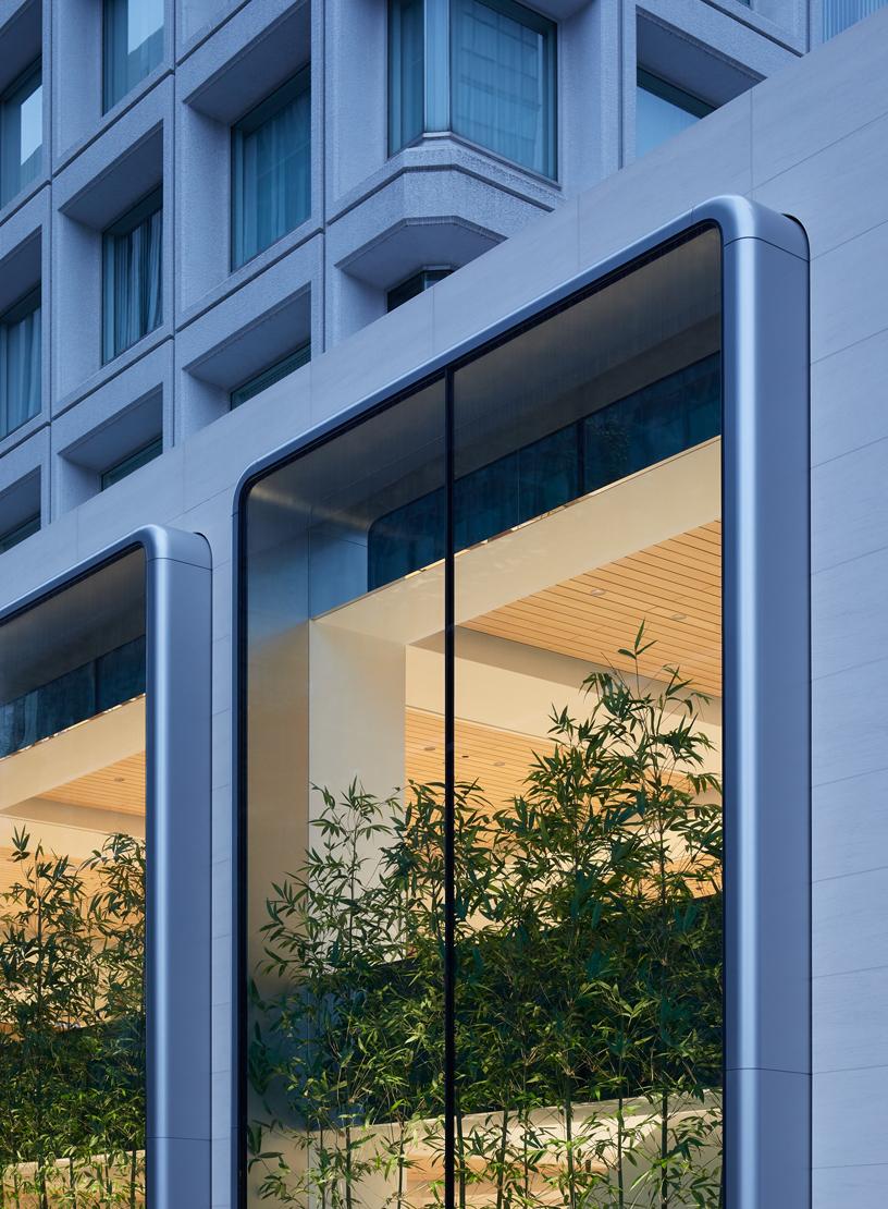 Apple Marunouchi 外部的两层直通玻璃窗。