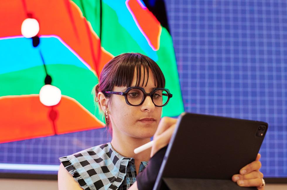 Bijou Karman 使用 iPad Pro 和 Apple Pencil。