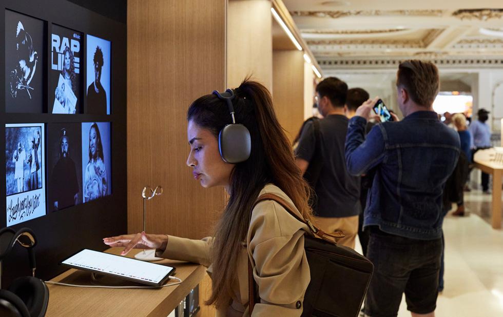 一名顾客戴着 AirPods Max 试用 iPad Pro。