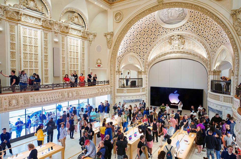 开业首日,顾客们聚集在 Apple Tower Theatre 的主销售层。