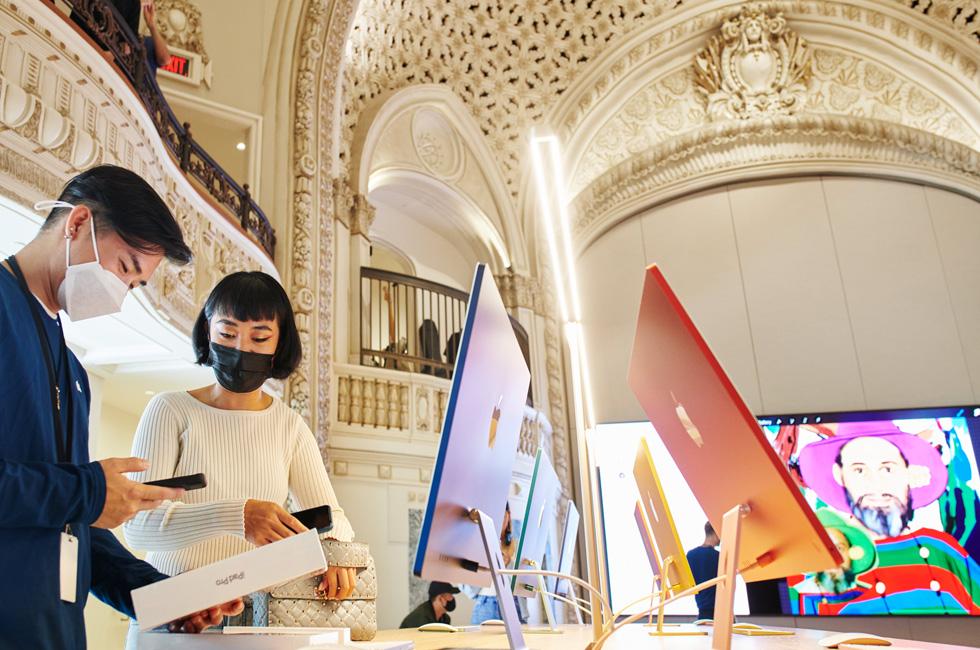 一名 Apple 团队成员帮助顾客在 Apple Tower Theatre 选购新 iPad Pro。