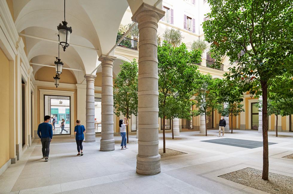 Apple Via del Corso 零售店的庭院。