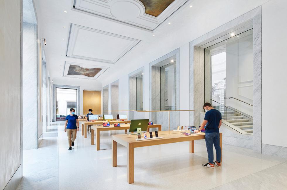 Apple Via del Corso 零售店的内部陈设。