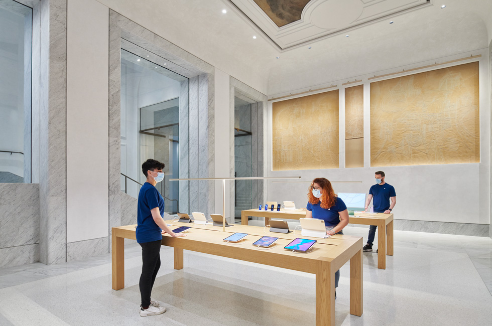 Apple Via del Corso 团队在布置零售店。