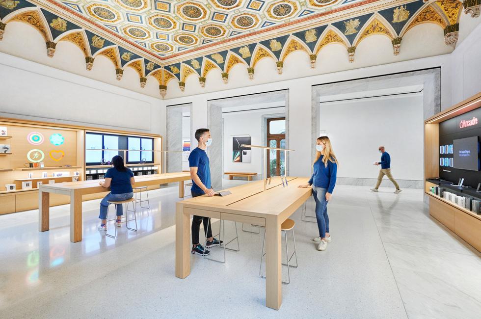 Apple Via del Corso 零售店的 Genius Bar 天才吧和 Apple 支持专区。