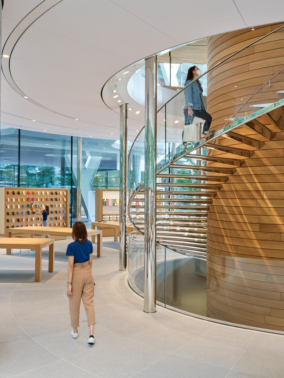 Apple Central World 中央环绕木质中柱的螺旋阶梯。