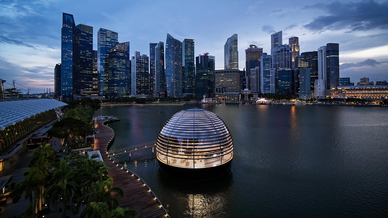 在城市天际线映衬之下的 Apple Marina Bay Sands 半球体外观。
