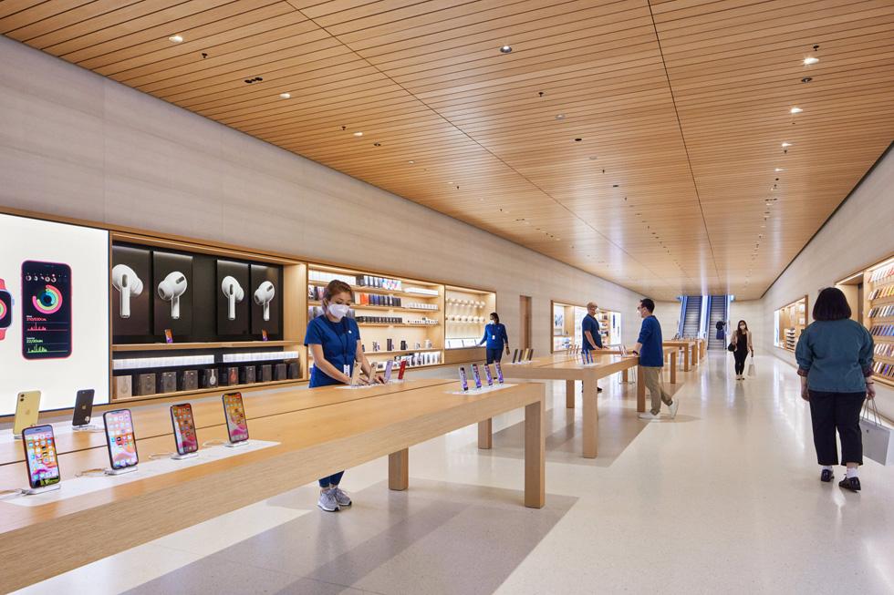 Apple 团队成员在 Apple Marina Bay Sands 准备好迎接顾客。