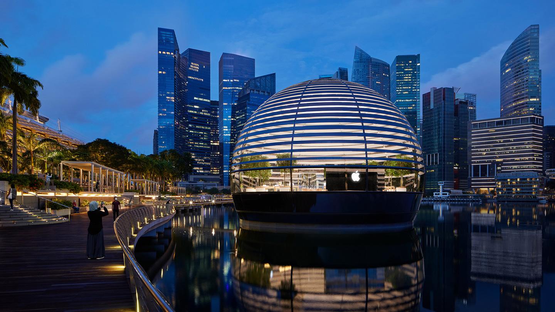 Apple Marina Bay Sands 漂浮半球形建筑的外观。