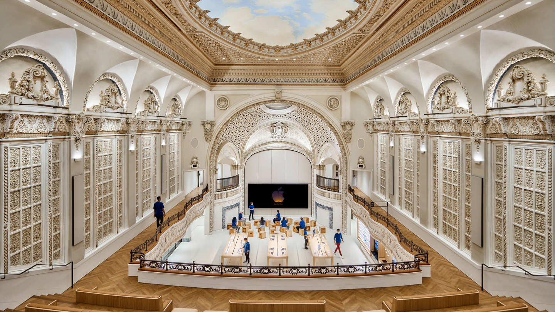Apple Tower Theatre 内部照片,展示穹顶、楼座、Forum 互动坊与产品展示区。