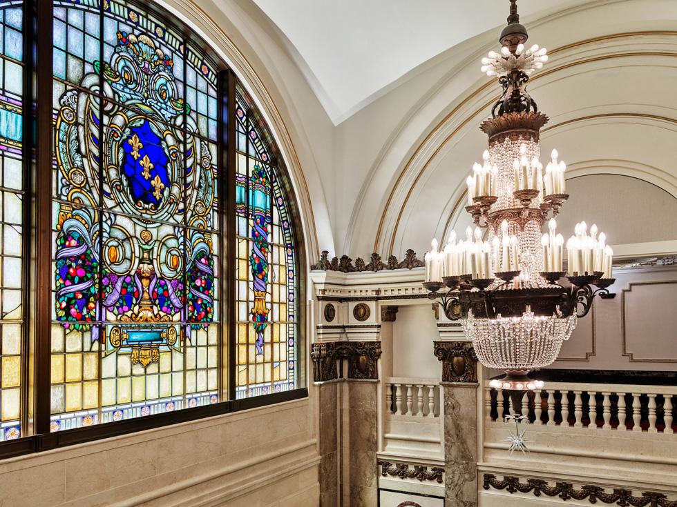 Apple Tower Theatre 的吊灯与染色玻璃。