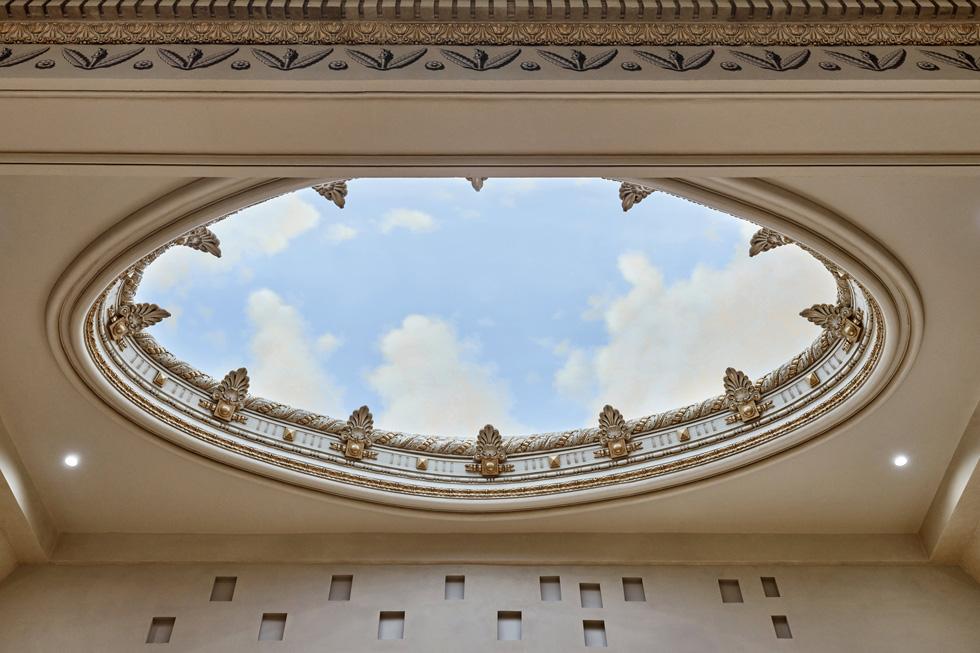 Apple Tower Theatre 的穹顶,被描绘成天空的图样。