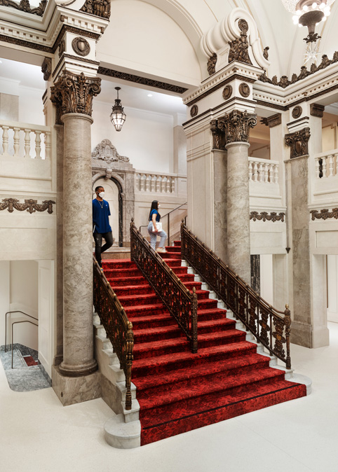 Apple Tower Theatre 的大厅与铺设红毯的楼梯。