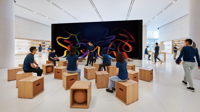 人们在 Apple 长沙零售店内围坐在 Forum 互动坊,聆听 Creative Pro 培训师主讲的 Today at Apple 课程。