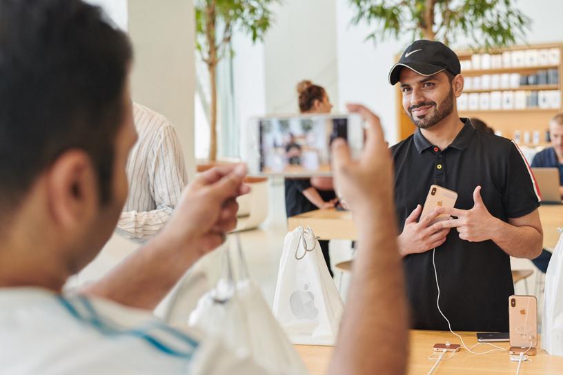 顾客正使用 iPhone Xs 拍摄照片。