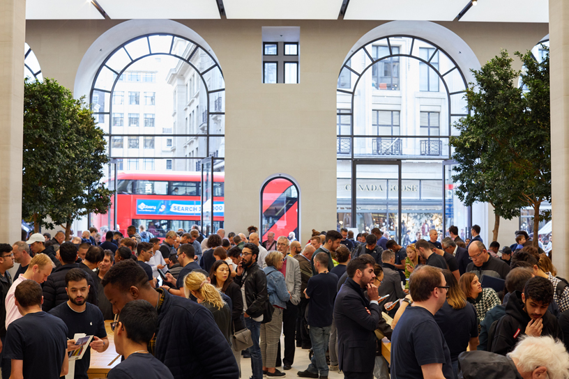 位于伦敦的 Apple Regent Street 零售店内人潮涌动。