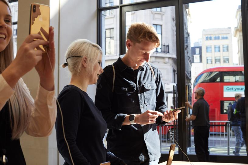 顾客体验 iPhone Xs Max。