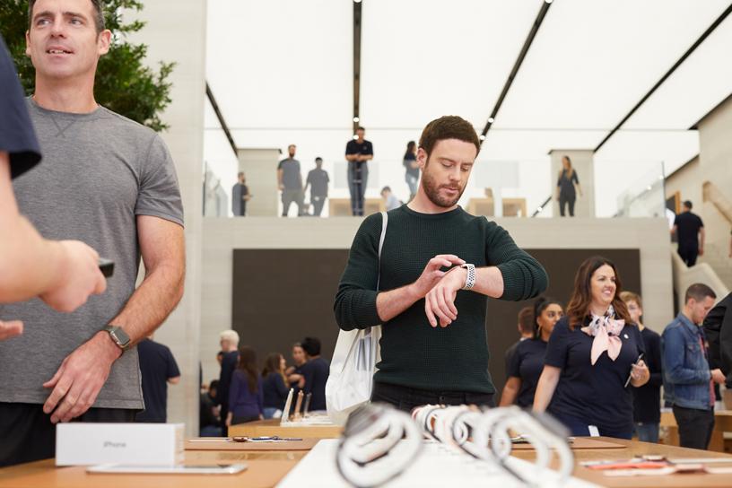 顾客正在体验 Apple Watch Series 4。