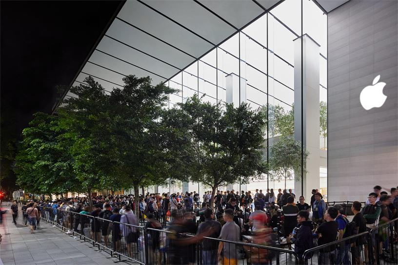 图片所示为顾客在新加坡 Apple Orchard Road 零售店的店外排队。