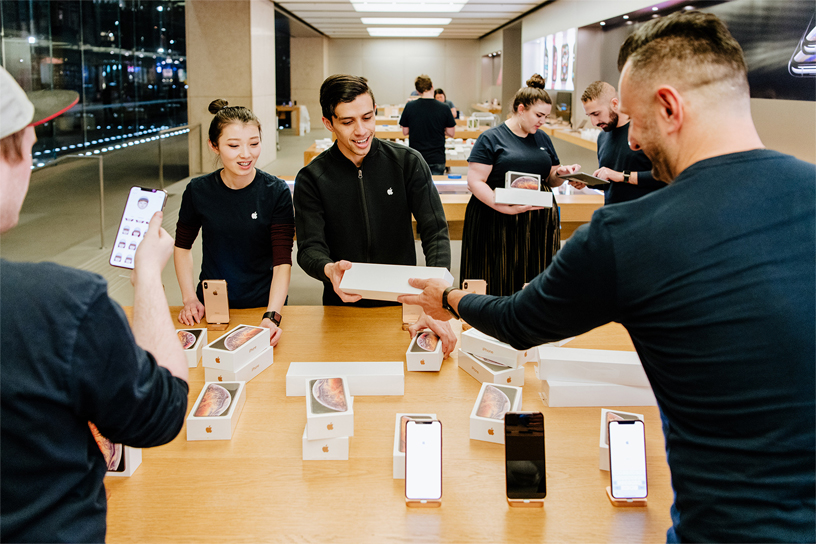Apple Sydney employees stocking the new iPhone Xs and iPhone Xs Max in store.  Apple 悉尼零售店员工正在店内准备新款 iPhone Xs 和 iPhone Xs Max 的存货。