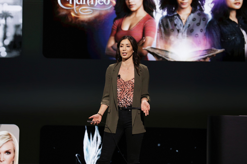 Cindy Lin 现身 Steve Jobs Theater 演讲台,展示全新的 Apple TV app。