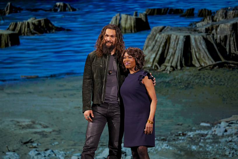 Jason Momoa 和 Alfre Woodard 现身 Steve Jobs Theater 演讲台。