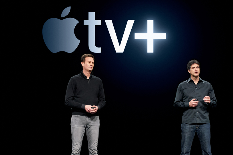 Zack Van Amburg 和 Jamie Erlicht 现身 Steve Jobs Theater 演讲台,介绍 Apple TV+。