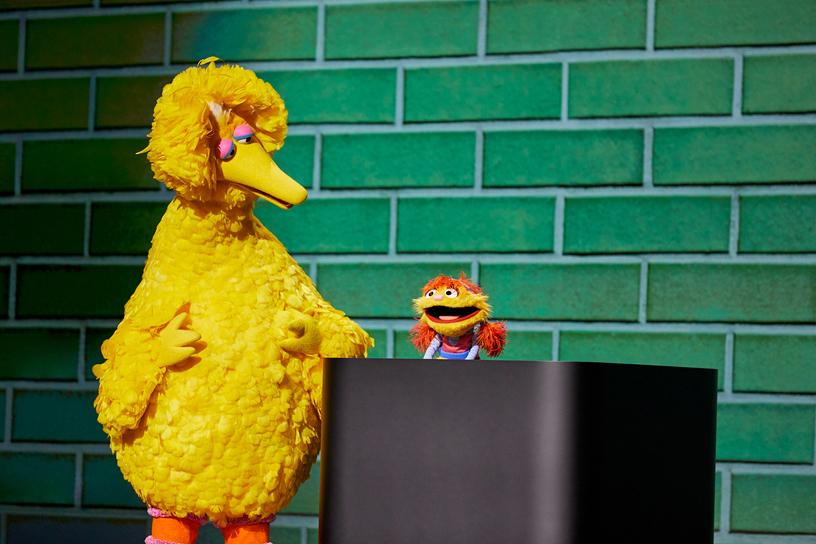 来自芝麻街的 Big Bird 和 Cody 现身 Steve Jobs Theater 演讲台。