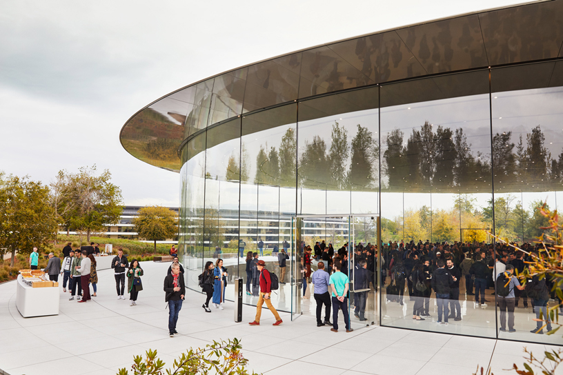 宾客抵达位于 Apple Park 的 Steve Jobs Theater。