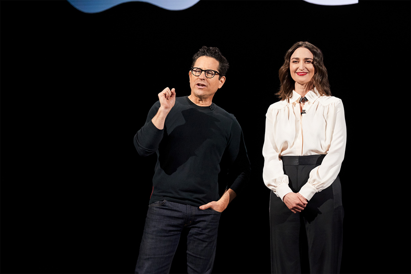 J.J. Abrams 和 Sara Bareilles 现身 Steve Jobs Theater 演讲台。