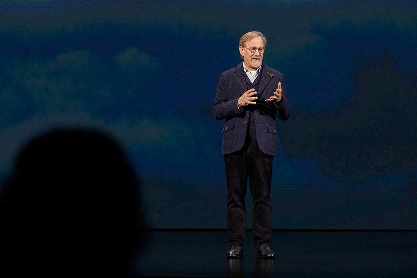 Steven Spielberg 现身 Steve Jobs Theater 演讲台。