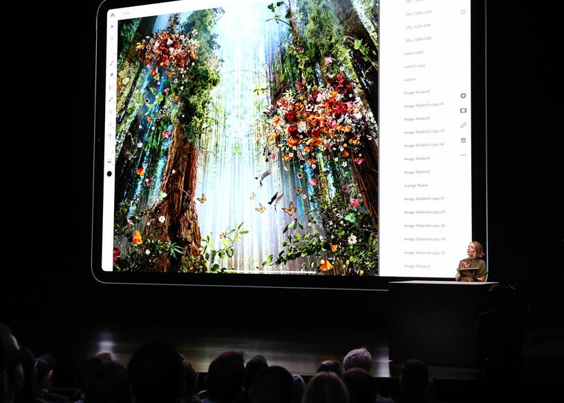 舞台上的 Chantel Benson 用 iPad Pro 演示 Photoshop。